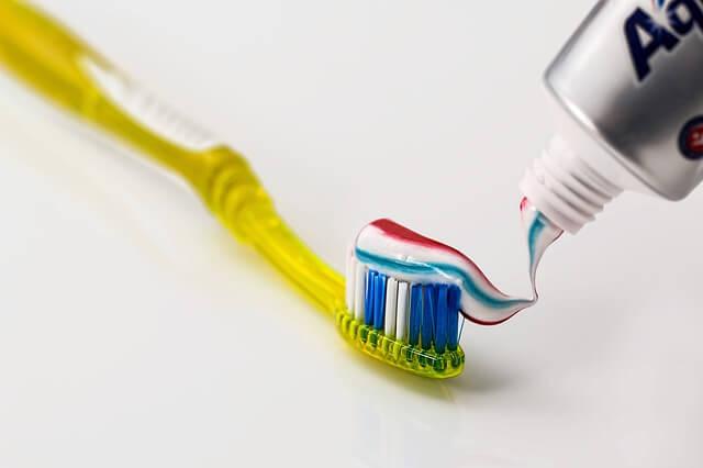 Für die Reinigung der Zahnzwischenräume ist mehr als nur die Zahnbürste notwendig.
